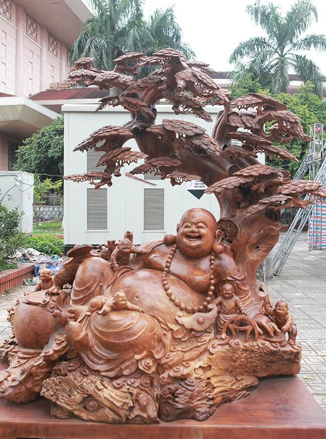 Phật Di Lặc ngổi gốc tùng